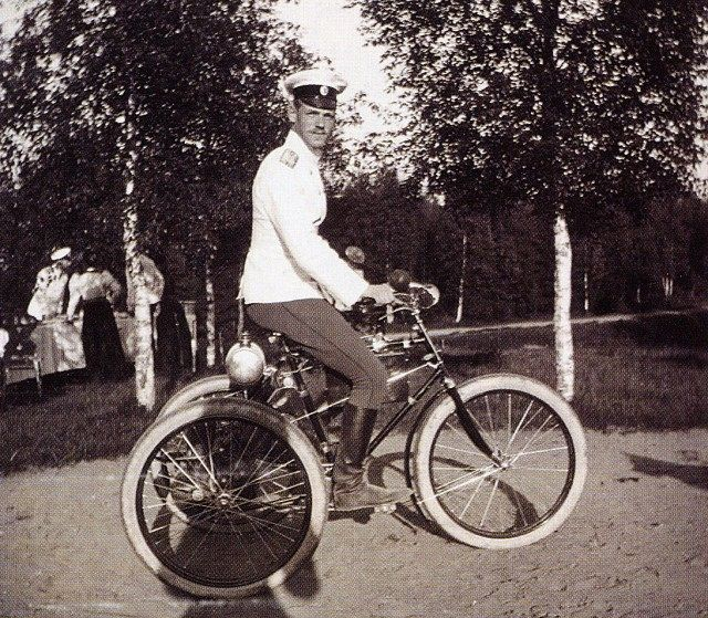Великий князь Михаил Александрович на моторном французском велосипеде (1910 год)